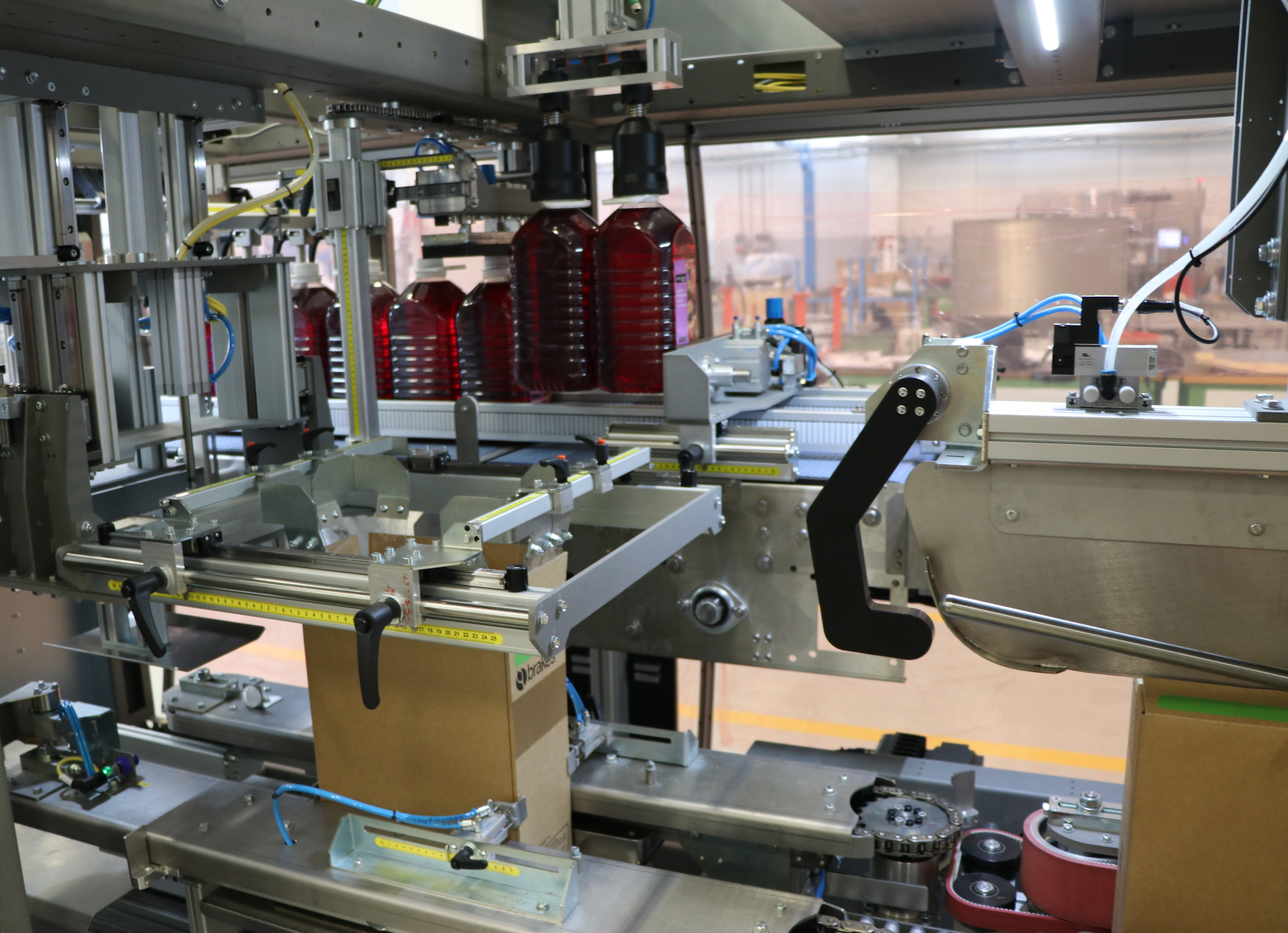 Monobloc case packer with pick & place system for RSC boxes